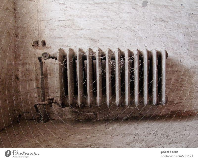 Heizung im Getreidelager Mauer Wand Heizkörper alt dreckig Staubfäden Spuren gedeckte Farben Innenaufnahme Menschenleer Textfreiraum oben Textfreiraum unten