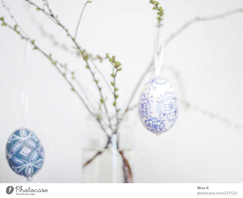 Ostern Sträucher hängen Osterei zart hell-blau Ei bemalt Dekoration & Verzierung Ast Zweige u. Äste Vase Blütenknospen Frühling Frühlingsfest Farbfoto