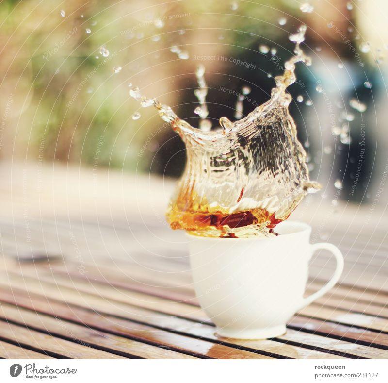 Teezeit! grün weiß gelb braun Tropfen skurril Tasse Zerstörung Getränk spritzen Licht Bewegungsunschärfe mehrfarbig Lebensmittel Unschärfe