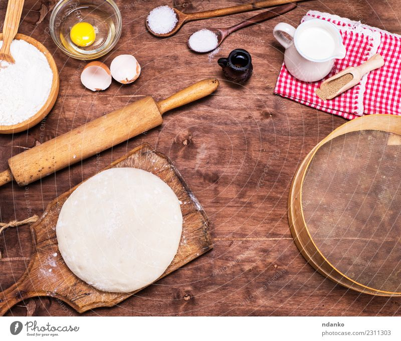 Hefeteig aus Weizenweißmehl Teigwaren Backwaren Brot Brötchen Schalen & Schüsseln Löffel Tisch Küche Sieb Holz Essen frisch natürlich braun Nudelholz