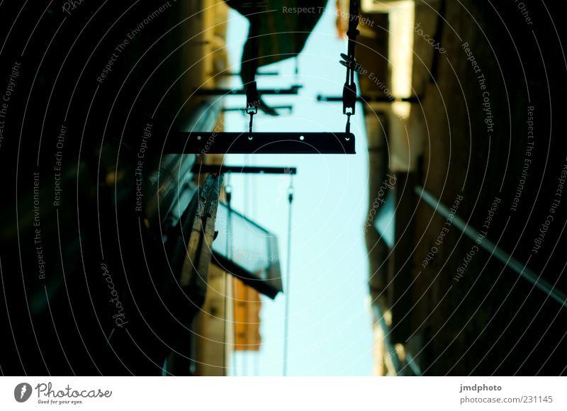 Häuserschlucht in Venedig Himmel Stadt blau Ferien & Urlaub & Reisen Haus schwarz gelb Wand Fenster Mauer Fassade Europa trist Italien Platzangst