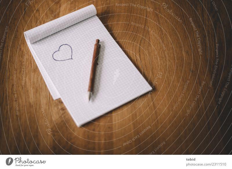 Liebesbrief Herz Papier Zeichen Sehnsucht Verliebtheit Brief Schreibstift Holztisch Zettel Notizbuch Kugelschreiber