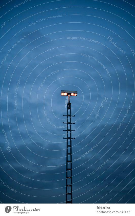 Hochstapler Leiter Lampe Scheinwerfer Licht Beleuchtung Leuchter entdecken glänzend leuchten bedrohlich gigantisch groß kalt lang blau schwarz Macht standhaft