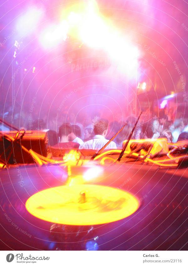 Fog Crowd Hiphop Party Veranstaltung Schallplatte Techno Langzeitbelichtung Disco Nachtleben obskur Nebel Tanzen Electro