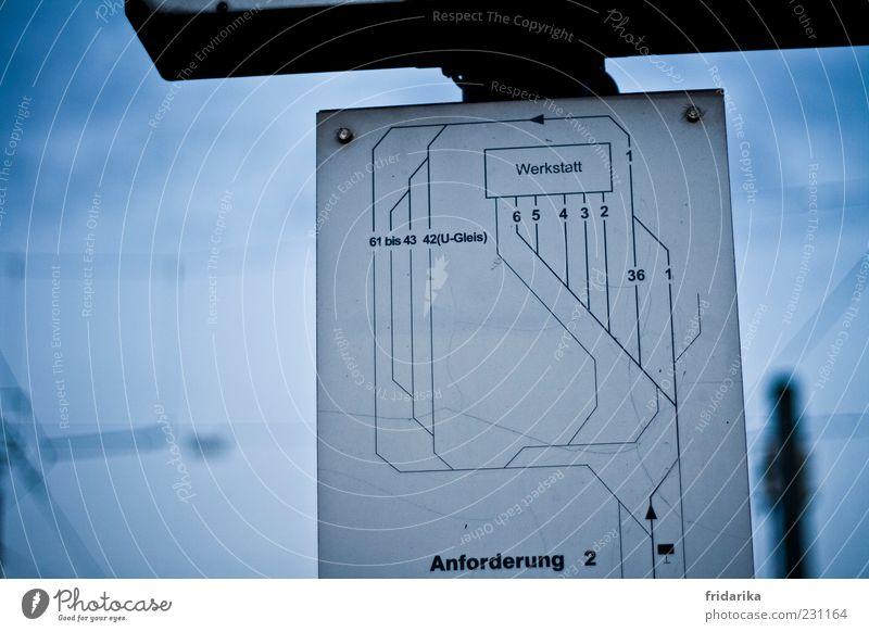 Wegweiser Industrieanlage Fabrik Schilder & Markierungen Information Schienennetz Zeichen Ziffern & Zahlen Linie Pfeil Netz Netzwerk Beginn Bewegung