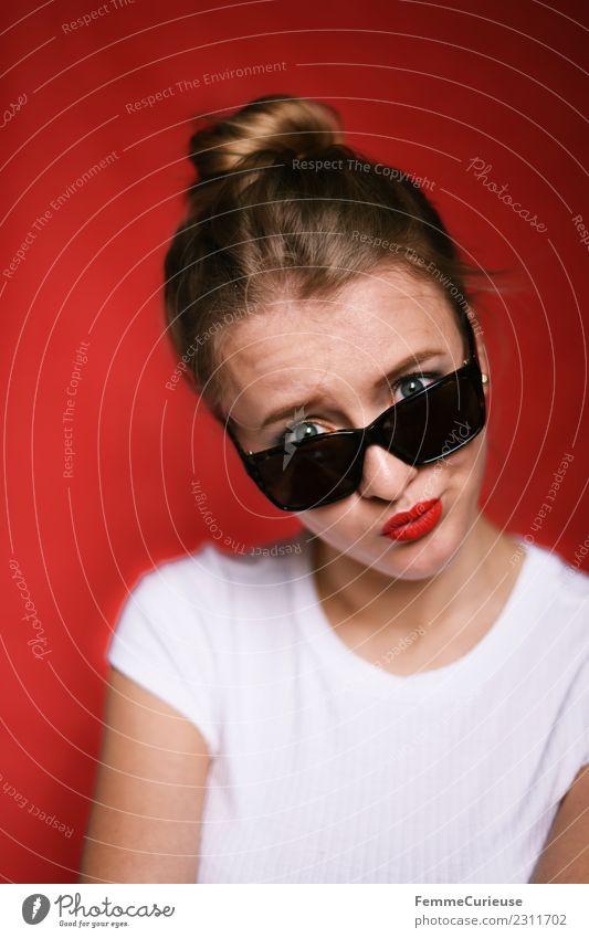 Young woman wearing sunglasses Frau Mensch Jugendliche Junge Frau Sommer schön rot 18-30 Jahre Erwachsene Lifestyle feminin Stil modern elegant Coolness T-Shirt