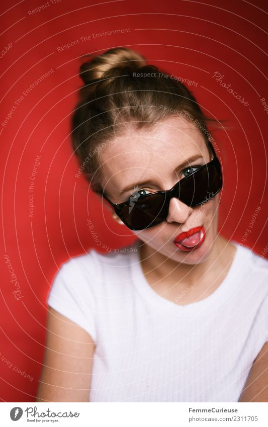 Young woman with sunglasses stretching out tongue Stil feminin Junge Frau Jugendliche Erwachsene 1 Mensch 18-30 Jahre schön frech Coolness Sonnenbrille Zunge