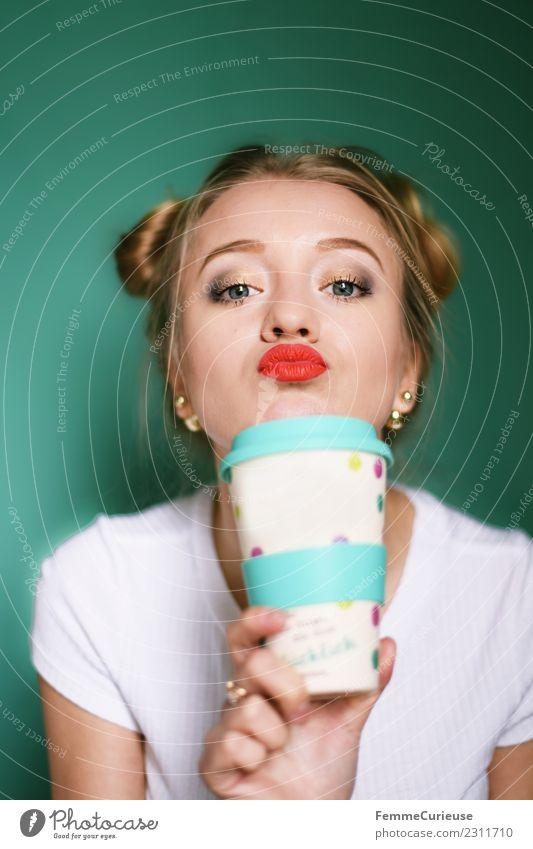 Young blonde hair with a reusable coffee mug Lifestyle feminin Junge Frau Jugendliche Erwachsene 1 Mensch 18-30 Jahre Freizeit & Hobby Kaffeebecher Recycling