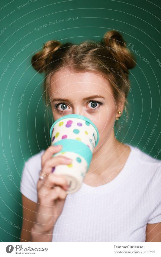 Blonde girl drinking coffee from a reusable coffee mug Frau Mensch Jugendliche Junge Frau 18-30 Jahre Erwachsene Lifestyle feminin Stil blond genießen Kaffee