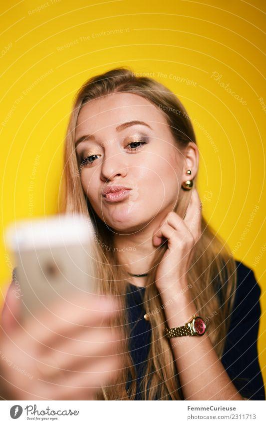 Young woman taking a self portrait with smartphone Lifestyle Stil feminin Junge Frau Jugendliche Erwachsene 1 Mensch 18-30 Jahre schön Kussmund Körperhaltung