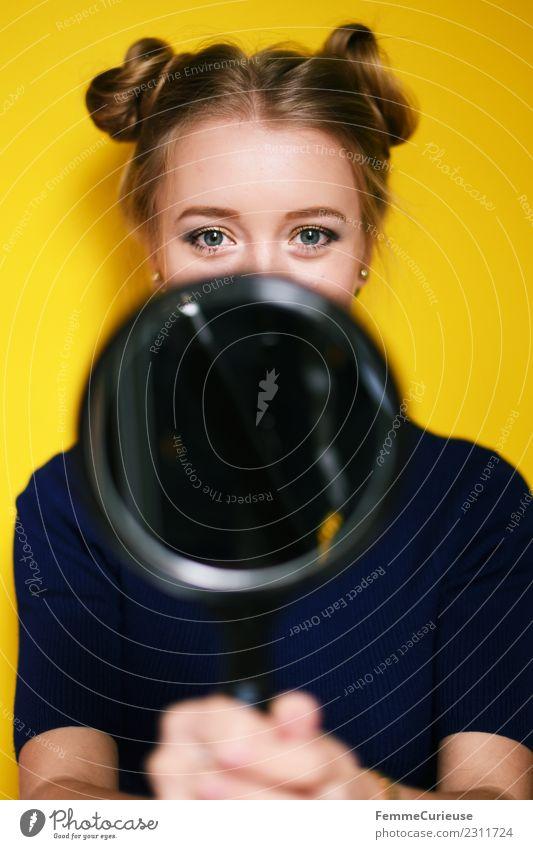 Young girl holding a mirror feminin Junge Frau Jugendliche Erwachsene 1 Mensch 18-30 Jahre schön Spiegel verstecken Auge Haare & Frisuren blond mädchenhaft gelb