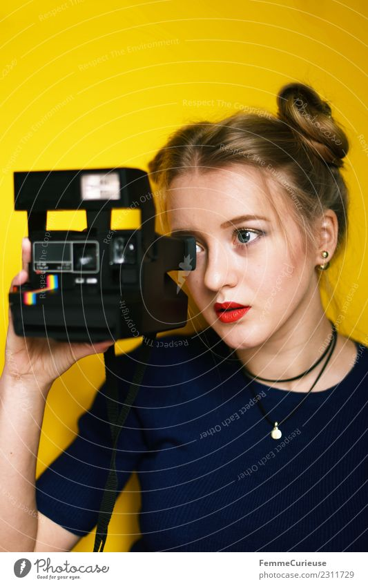 Young woman taking pictures with an instant camera Frau Mensch Jugendliche Junge Frau blau rot 18-30 Jahre Erwachsene Lifestyle gelb feminin Stil elegant blond
