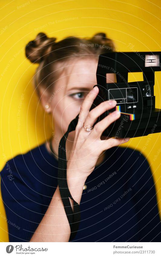 Young woman taking pictures with an instant camera. Lifestyle Stil Technik & Technologie feminin Junge Frau Jugendliche Erwachsene 1 Mensch 18-30 Jahre
