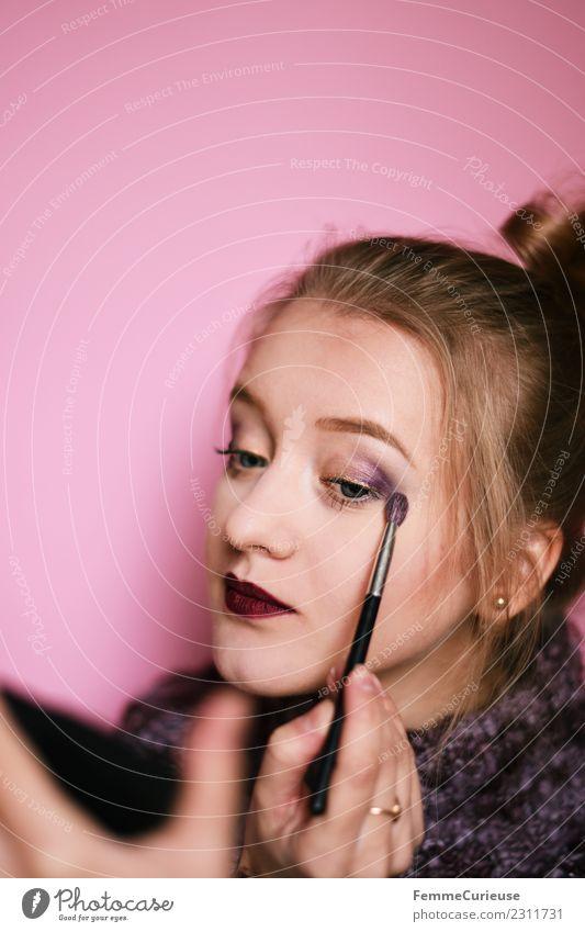 Young woman putting on make-up feminin Junge Frau Jugendliche Erwachsene 1 Mensch 18-30 Jahre schön Schminken violett Pinsel auftragen Spiegel rosa geschminkt