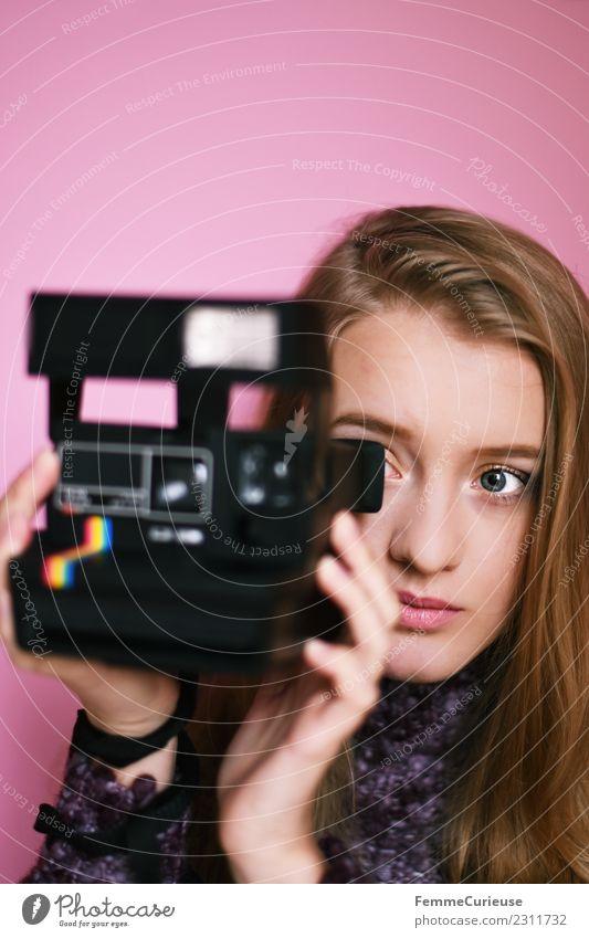 Young woman taking picture with instant camera feminin Junge Frau Jugendliche Erwachsene 1 Mensch 18-30 Jahre Freizeit & Hobby Sofortbildkamera Fotografieren