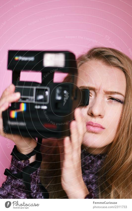Young woman taking pictures with an instant camera feminin Junge Frau Jugendliche Erwachsene 1 Mensch 18-30 Jahre Kreativität Sofortbildkamera Polaroid