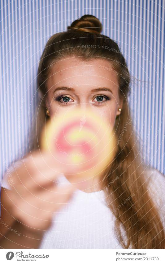 Young blonde girl holding a cookie in her hand feminin Junge Frau Jugendliche Erwachsene 1 Mensch 18-30 Jahre Freude Keks Süßwaren Backwaren hochhalten Dutt