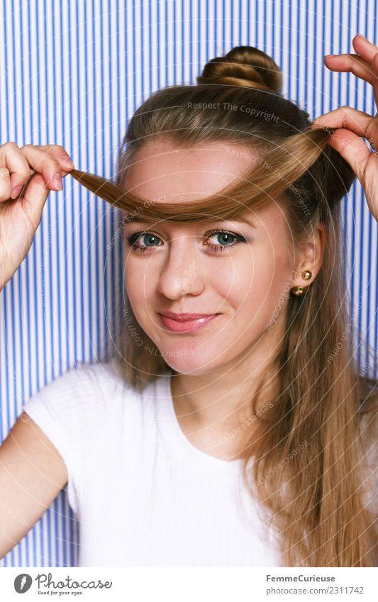 Young woman fooling around with her hair Lifestyle Stil feminin Junge Frau Jugendliche Erwachsene 1 Mensch 18-30 Jahre schön lustig spaßig Haarsträhne