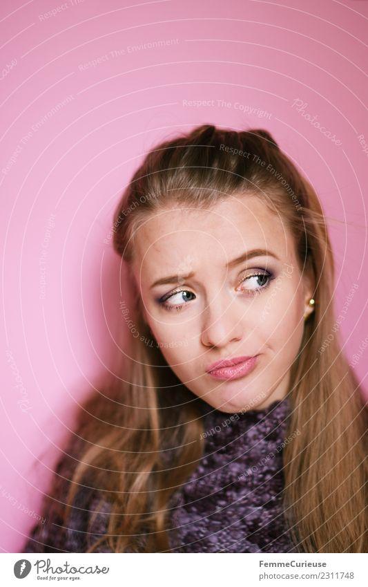 Portrait of a young, pensive woman feminin Junge Frau Jugendliche Erwachsene 1 Mensch 18-30 Jahre Identität Denken nachdenklich skeptisch unsicher Entscheidung