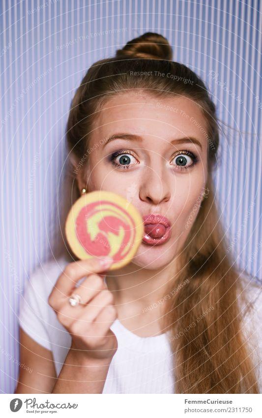 Young blonde woman showing a cookie Frau Mensch Jugendliche Junge Frau Freude 18-30 Jahre Erwachsene feminin Lebensmittel Süßwaren frech Zucker Zunge Keks
