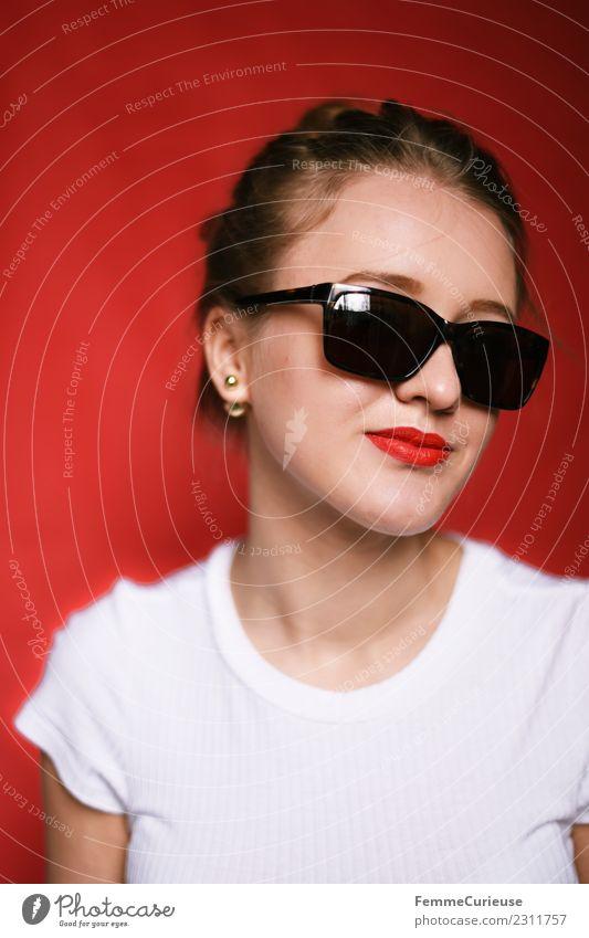 Girl posing with sunglasses Frau Mensch Jugendliche Junge Frau Sommer schön weiß rot 18-30 Jahre Erwachsene feminin Mode Coolness T-Shirt Sonnenbrille