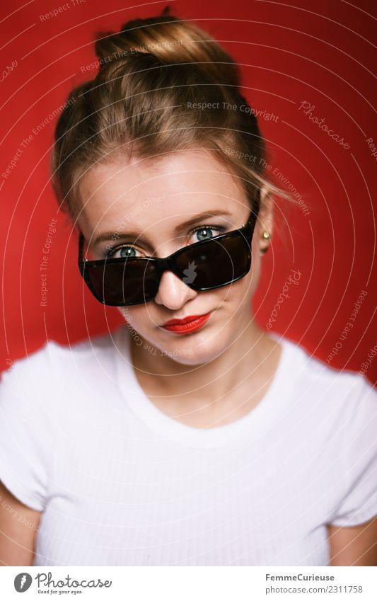 Young annoyed looking woman with sunglasses Lifestyle feminin Junge Frau Jugendliche Erwachsene 1 Mensch 18-30 Jahre Langeweile genervt Sonnenbrille Dutt