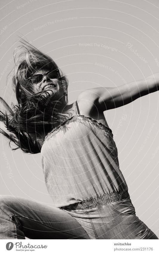 Frühlingsgefühle Freude Sommer feminin Junge Frau Jugendliche Haare & Frisuren Wolkenloser Himmel Schönes Wetter Jeanshose Sonnenbrille langhaarig Bewegung