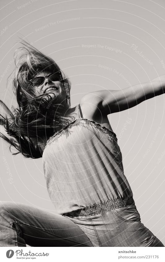 Frühlingsgefühle Jugendliche Sommer Freude feminin Bewegung Haare & Frisuren Glück springen Stil lachen Körper frei Fröhlichkeit Jeanshose dünn