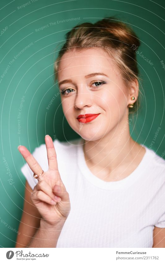 Young blonde woman showing the peace sign Junge Frau Jugendliche Erwachsene 1 Mensch 18-30 Jahre schön Frieden Zeichen Peacezeichen Friedenszeichen