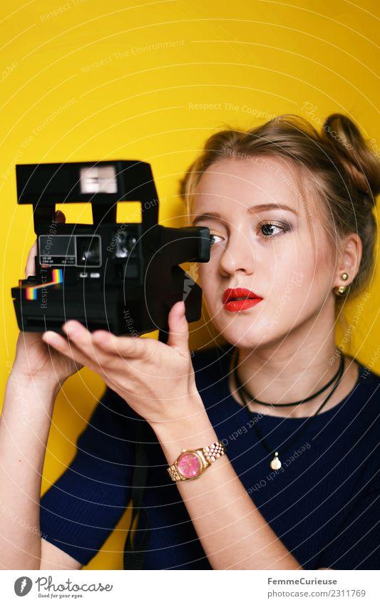 Young woman taking pictures with an instant camera Lifestyle feminin Junge Frau Jugendliche Erwachsene 1 Mensch 18-30 Jahre Freizeit & Hobby Sofortbildkamera