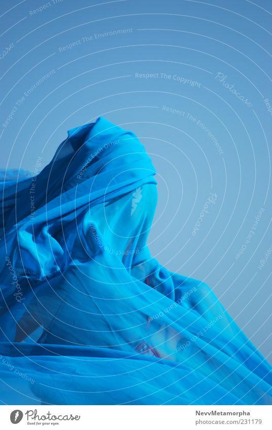 blau Mensch feminin Kopf 1 Himmel Tuch Chiffon umhüllen Bewegung Farbfoto Außenaufnahme Tag Licht verdeckt anonym