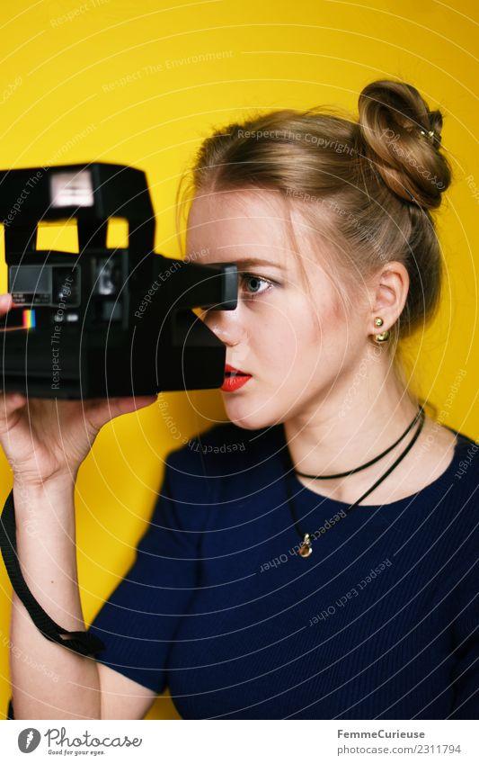 Young blonde girl with instant camera Lifestyle Stil Technik & Technologie feminin Junge Frau Jugendliche Erwachsene 1 Mensch 18-30 Jahre Freizeit & Hobby