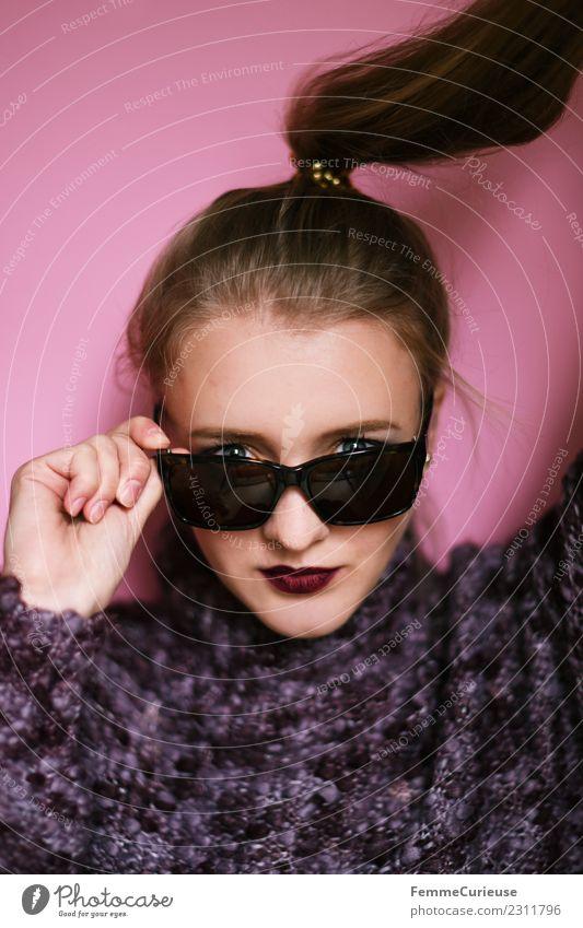 Young girl posing with sunglasses Frau Mensch Jugendliche Junge Frau schön 18-30 Jahre Gesicht Erwachsene Lifestyle feminin Stil Haare & Frisuren Mode Kopf rosa