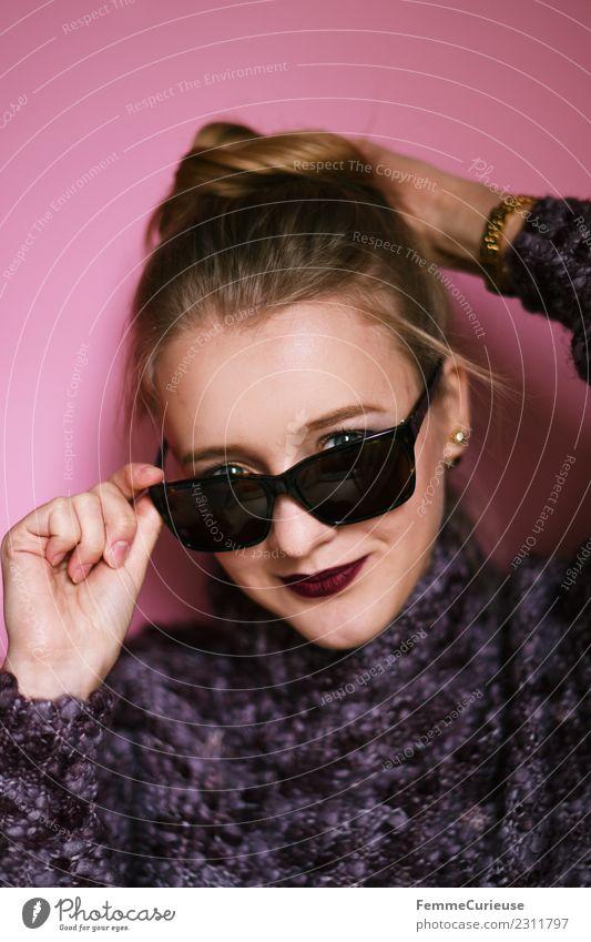Young woman looking over her sunglasses Frau Mensch Jugendliche Junge Frau schön 18-30 Jahre Erwachsene Lifestyle feminin Stil Mode rosa blond Lächeln violett