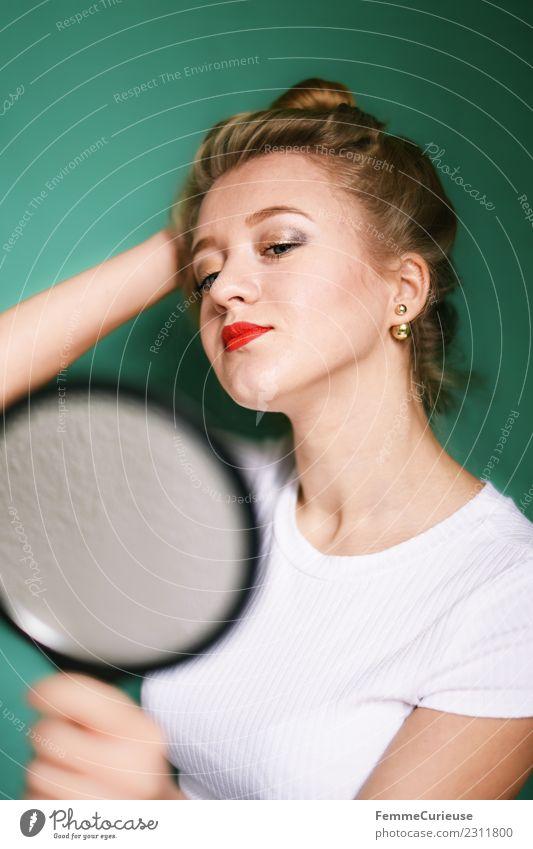 Blonde girl looking at herself in a mirror feminin Junge Frau Jugendliche Erwachsene 1 Mensch 18-30 Jahre schön Spiegel Spiegelbild Handspiegel Blick Versuch