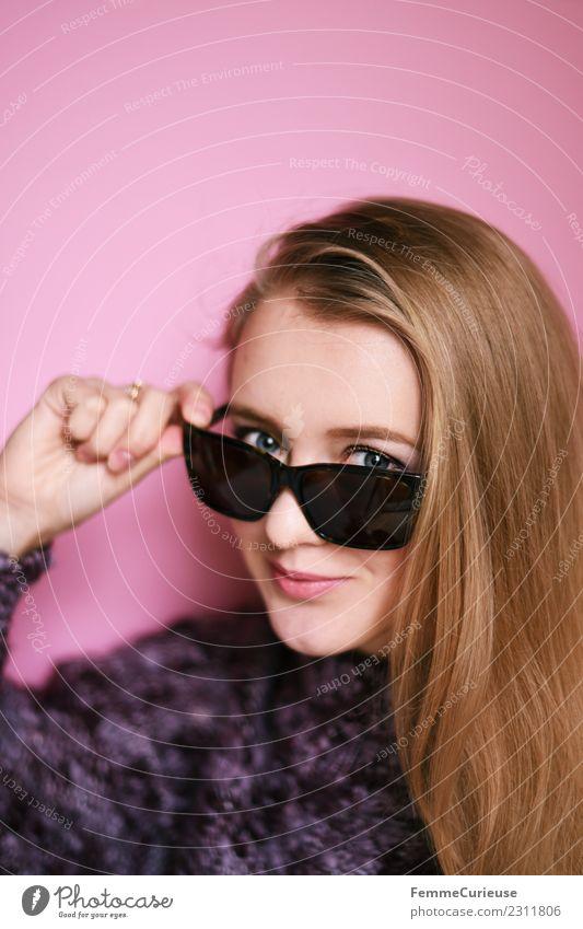Young smiling woman with sunglasses Lifestyle elegant Stil feminin Junge Frau Jugendliche Erwachsene 1 Mensch 18-30 Jahre schön Sonnenbrille Pullover rosa