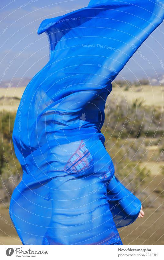 Wüstenwind blau Strand Bewegung Wind Tanzen Arme Bikini Leichtigkeit Junge Frau Tuch Schleier Mensch Stoff Umwelt Lebewesen umhüllen