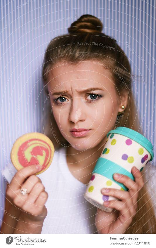 Young woman with cookie and coffee mug Frau Mensch Jugendliche Junge Frau 18-30 Jahre Gesicht Erwachsene feminin Freizeit & Hobby Kaffee Süßwaren Backwaren