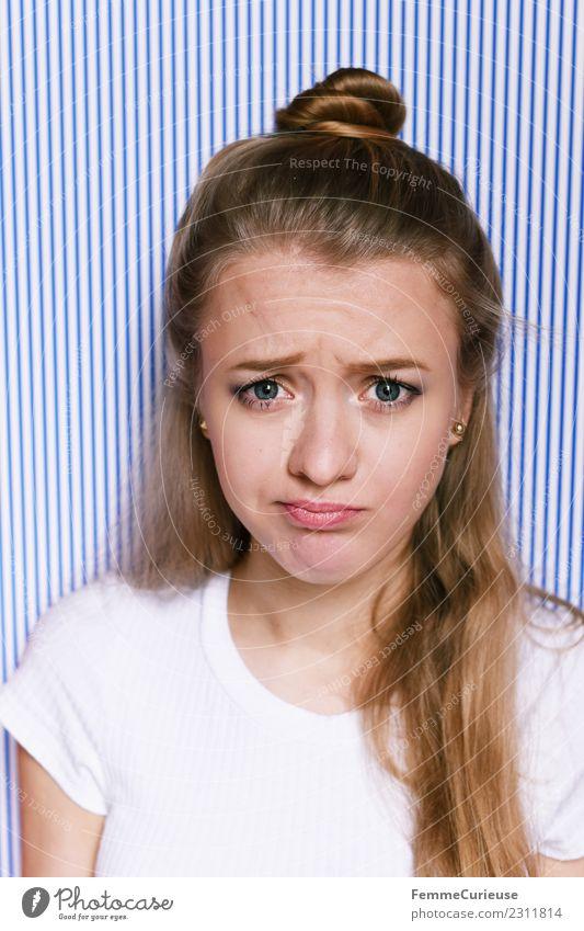 Young woman with critical facial expression Lifestyle feminin Junge Frau Jugendliche Erwachsene 1 Mensch 18-30 Jahre Kommunizieren Geige Gesichtsausdruck blond
