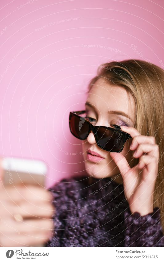 Girl with sunglasses taking a self portrait with smartphone Lifestyle elegant Stil Technik & Technologie Unterhaltungselektronik feminin Junge Frau Jugendliche