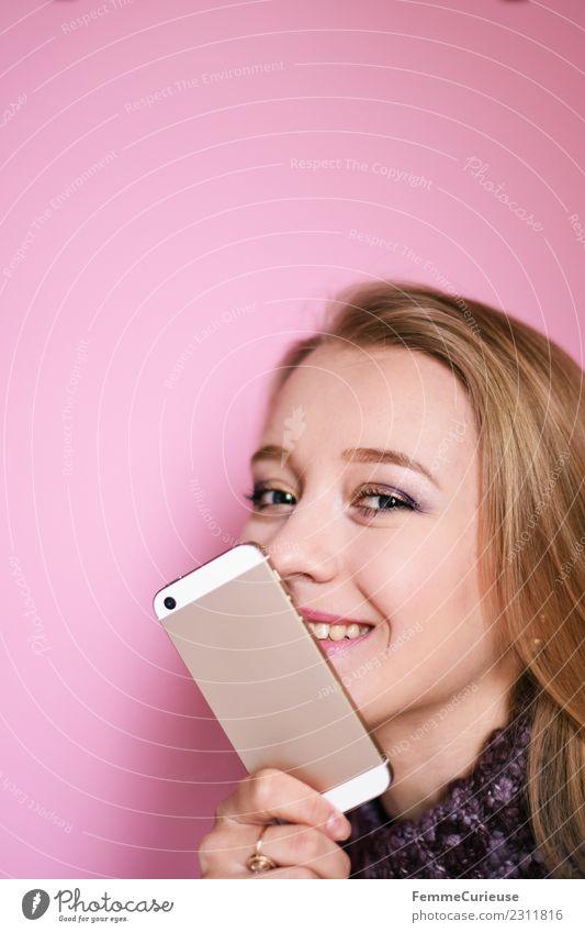 Young blonde girl with her mobile phone Lifestyle feminin Junge Frau Jugendliche Erwachsene 1 Mensch 18-30 Jahre Kommunizieren Telekommunikation Handy PDA