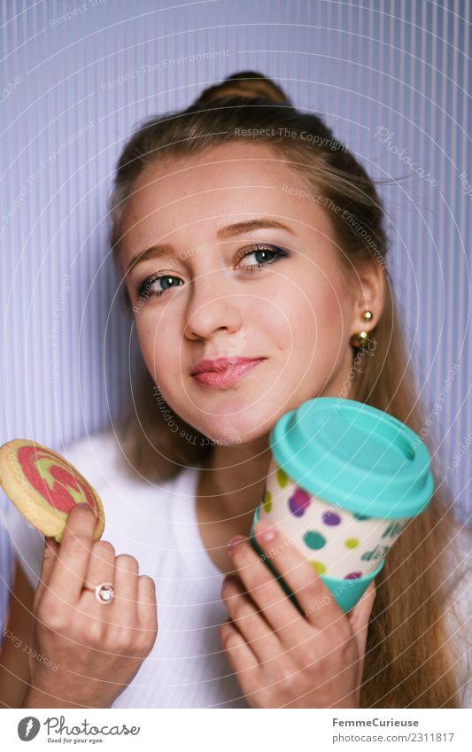 Young woman with a cookie and coffee mug Frau Mensch Jugendliche Junge Frau 18-30 Jahre Erwachsene Lifestyle feminin Stil blond genießen Süßwaren Backwaren Keks