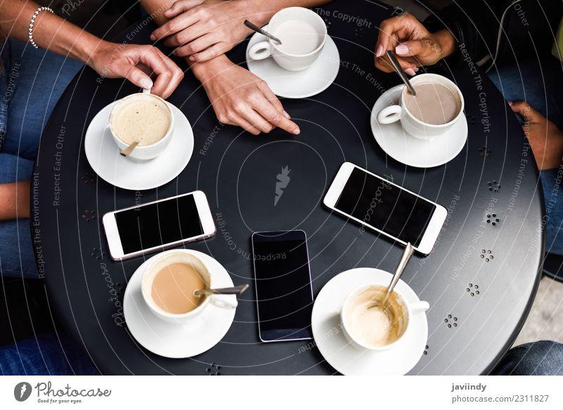 Hände mit Kaffeetassen und Smartphones auf dem Tisch Frühstück Getränk Lifestyle kaufen Sitzung sprechen Telefon PDA Mensch Freundschaft Hand Menschengruppe