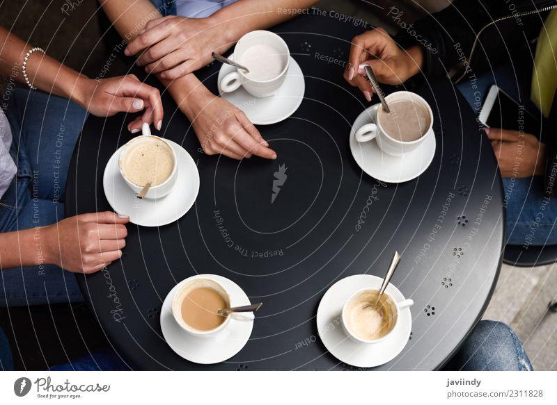 Hände mit Kaffeetassen auf dem Tisch in einem städtischen Café. Frühstück Getränk Lifestyle kaufen Sitzung sprechen Freundschaft Hand Menschengruppe Herz