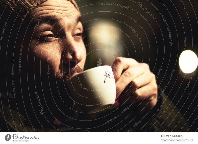 Geniessly Adams weiß schwarz Gesicht grau Haare & Frisuren Lebensmittel Getränk Kaffee trinken heiß Jacke Mütze Tasse Duft Gesichtsausdruck Vorsicht