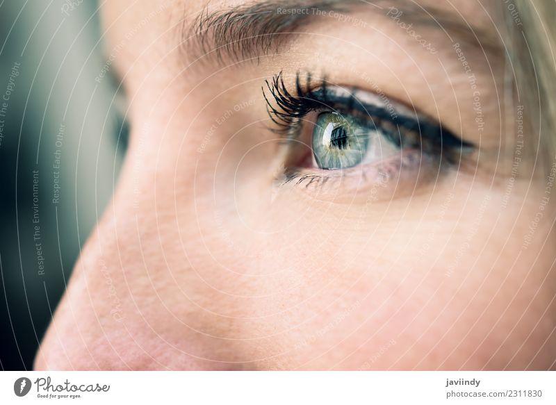Nahaufnahme des Auges einer jungen Frau. schön Haut Schminke Mensch feminin Junge Frau Jugendliche Erwachsene 1 18-30 Jahre natürlich blau grün weiß nach oben