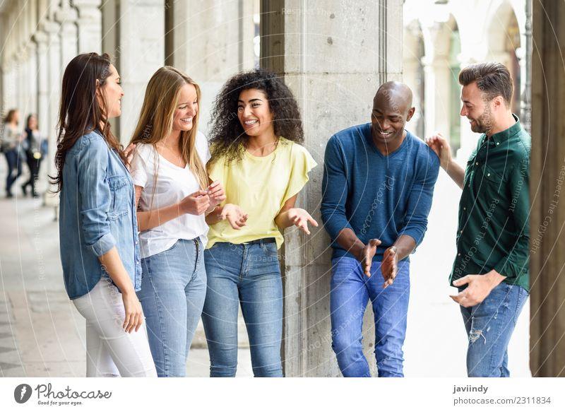 Multiethnische Gruppe junger Menschen, die Spaß im Freien haben. Lifestyle Freude Glück schön Sommer Junge Frau Jugendliche Junger Mann Erwachsene Freundschaft