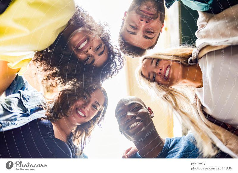 Gruppe von jungen Menschen zusammen im Freien in städtischen Hintergrund. Lifestyle Freude Junge Frau Jugendliche Junger Mann Erwachsene Freundschaft 5