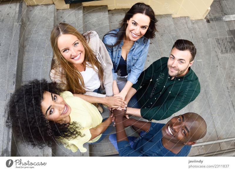 Draufsicht auf junge Menschen, die ihre Hände zusammenstecken. Studium Junge Frau Jugendliche Junger Mann Erwachsene Freundschaft Hand 5 Menschengruppe