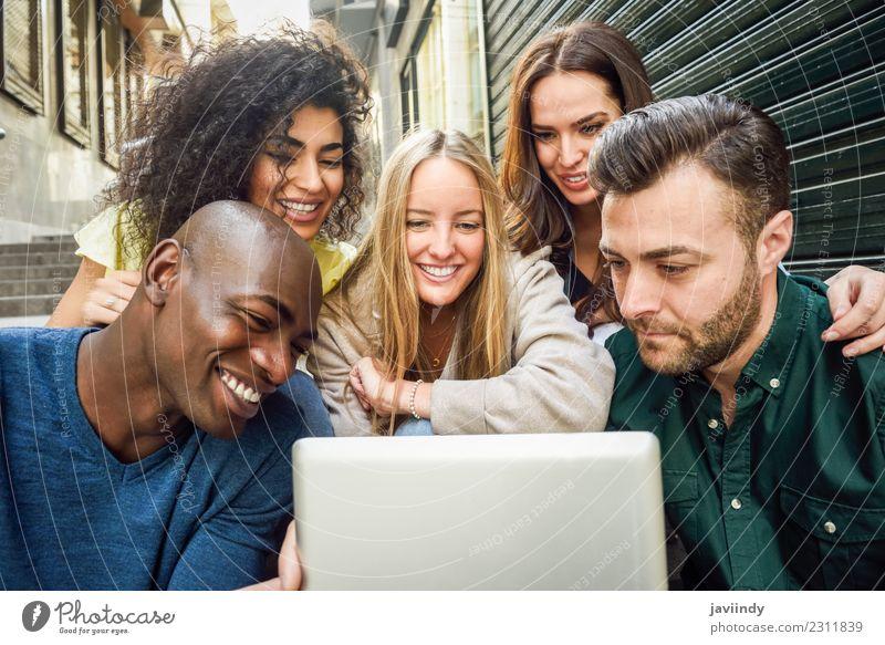 Junge Menschen, die sich im Freien einen Tablet-Computer ansehen. Lifestyle Freude Glück schön Junge Frau Jugendliche Junger Mann Erwachsene Freundschaft 5
